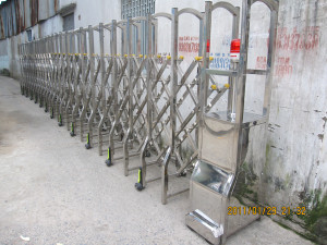 Cửa cổng xếp Inox 12